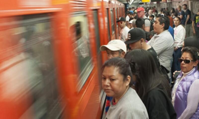 Un análisis de BofA señaló que el aumento en la tarifa del metro añadirá 15 puntos base a la inflación en la primera quincena de enero de 2014.   (Foto: Cuartoscuro)
