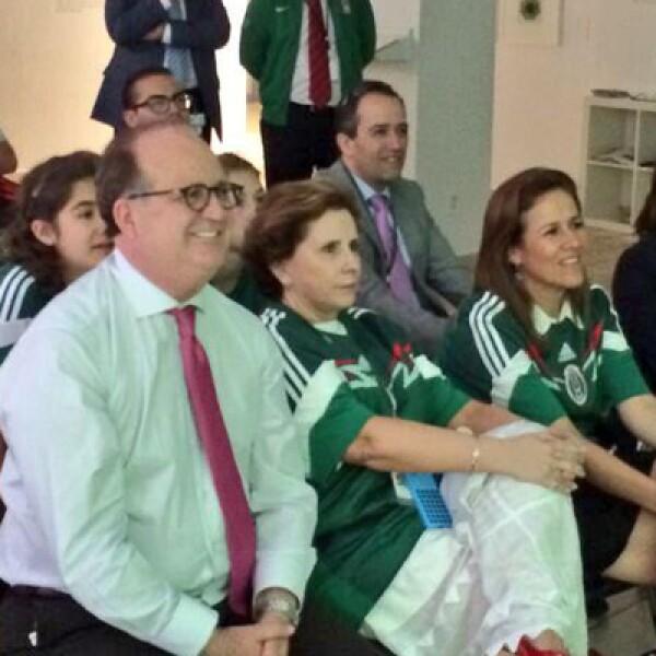 El gobernador de Morelos, el perredista Graco Ramírez, y la exprimera dama la panista Margarita Zavala vivieron juntos el partido con el que México pasó la fase de grupos por sexto mundial consecutivo.