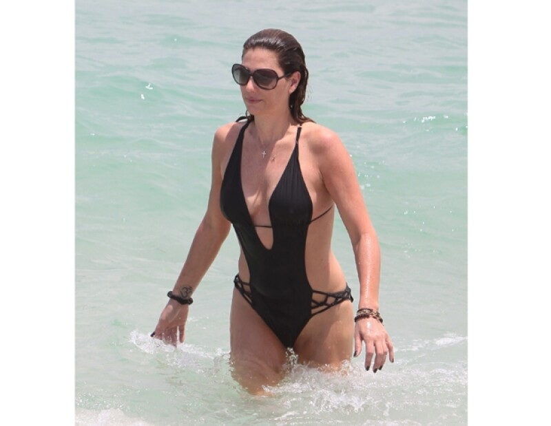 Lla guapa conductora decidió relajarse en una de las playas, acompañada de una mujer y joven, el Daily Mail presume que su acompañante bien podría ser su hermana.