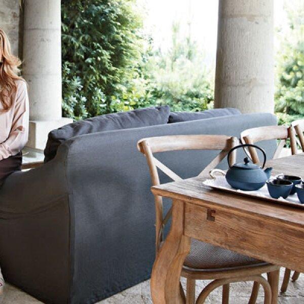 Claudia encontró en el interiorismo una forma de expresar sus sentimientos, es así como diseñó el espacio favorito de su casa, la terraza, con unos sillones cómodos y una colección de teteras para disfrutar esta bebida al aire libre.