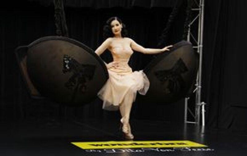 La modelo, imagen de una marca de ropa interior, presentó en Londres una colección de sujetadores.