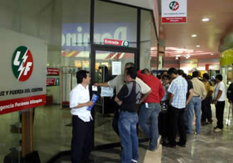 Los trabajadores de Luz y Fuerza del Centro pueden exigir el pago de su liquidación a partir del miércoles. (Foto: NTX)
