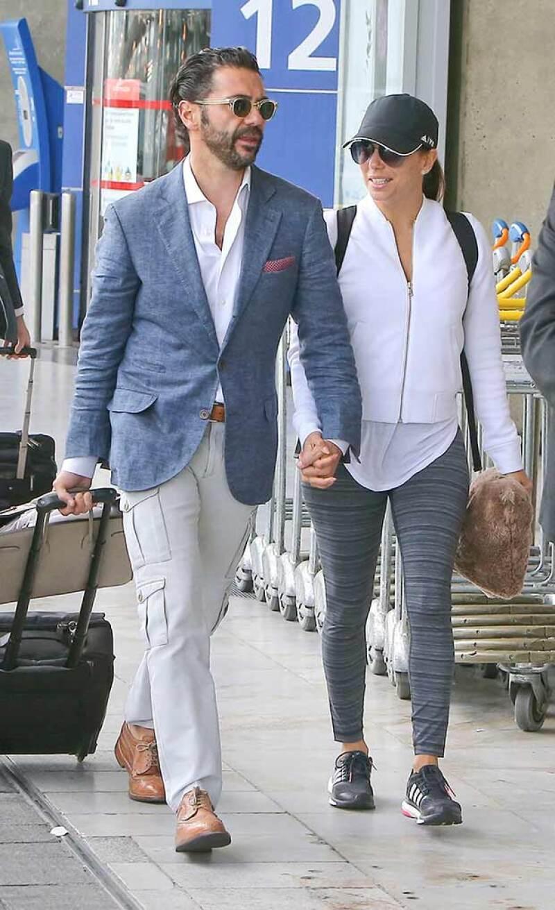 Ella lució un estilo deportivo y él casual para el viaje.