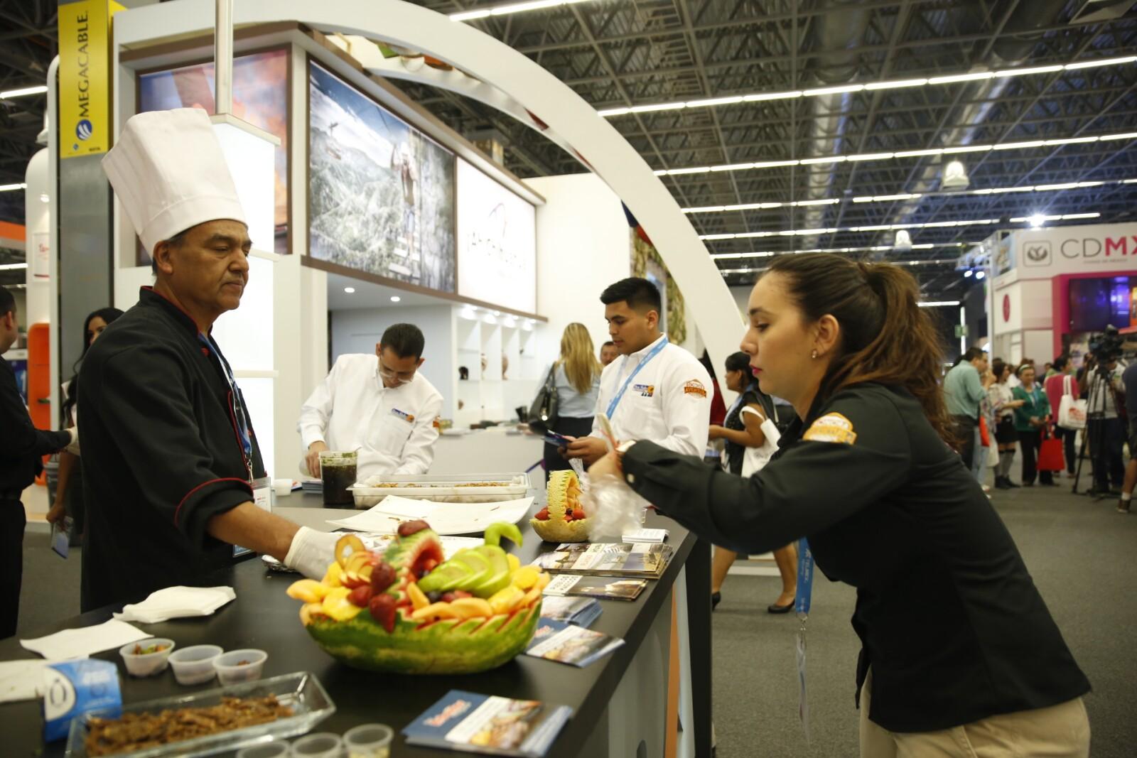 Algunos de los pabellones ofrecen muestras de cochinita pibil, fruta, vaporcitos y empanadas.