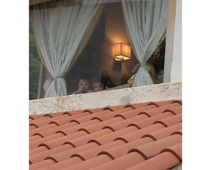 Por su intensa carga de trabajo, no puede cuidar de sus hijos todo el tiempo, y expresó su remordimiento en Twitter con una fotografía de sus hijos viéndola partir desde la ventana de su casa.