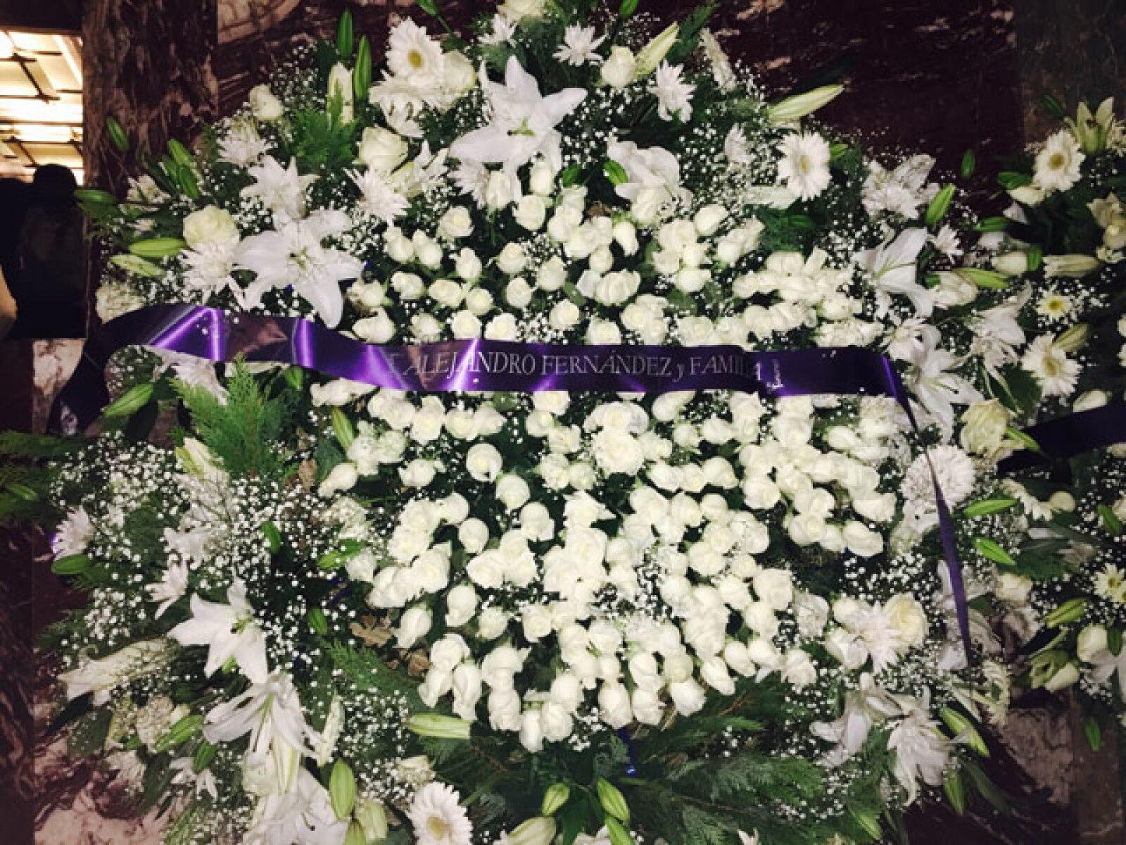 Corona de flores blanca que mandó Alejandro Fernández.