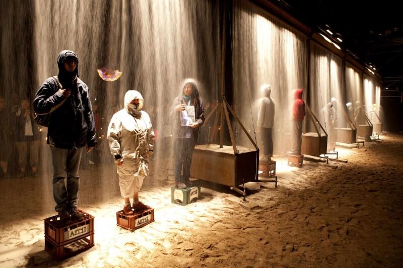 Un muro hecho de arena, una escultura que hace las veces de fuente y produce fuego, serán parte del espectáculo que ofrecerá Artículo 13