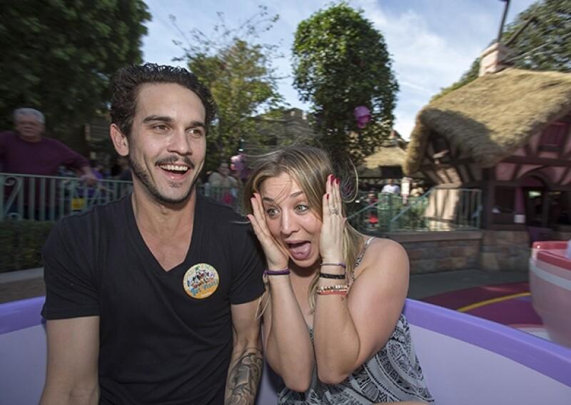 La pareja parecía estar divirtiéndose mucho, fueron fotografiados en el clásico juego de las tacitas giratorias.