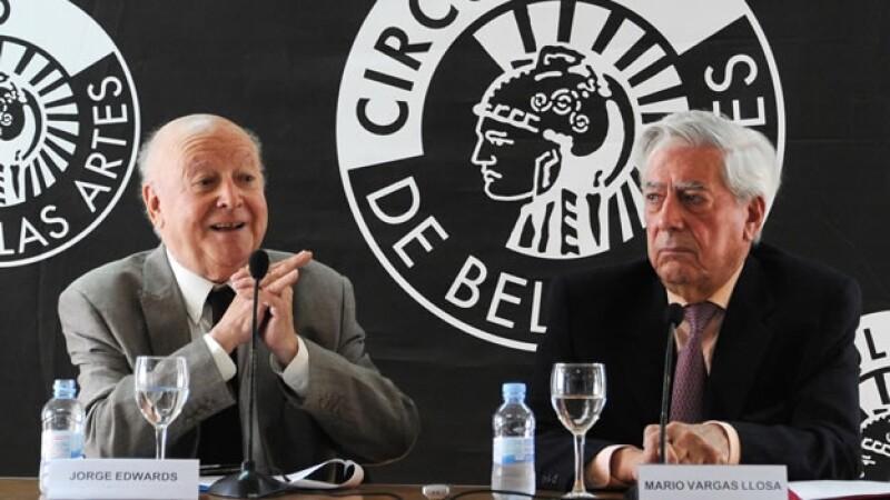 Los escritores Mario Vargas Llosa y Jorge Edwards hablan a los medios