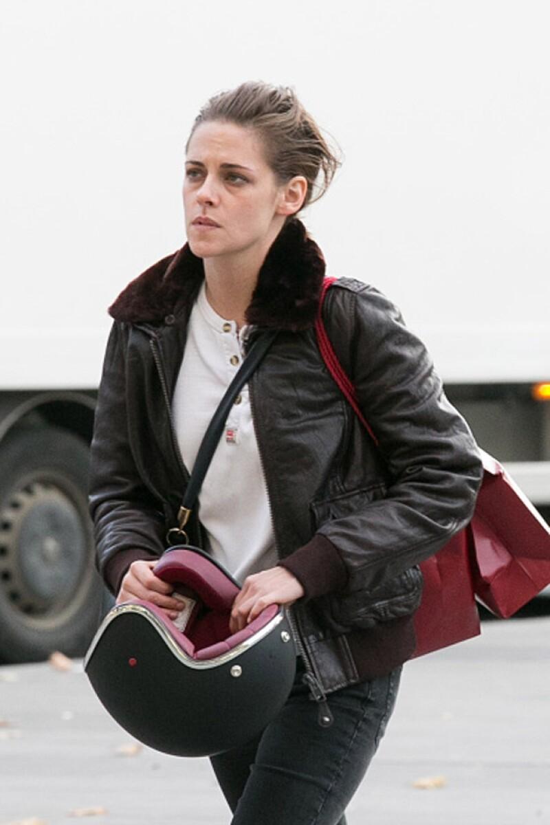 La actriz se encuentra en París filmando su nueva película y ha sorprendido con su apariencia de extremo cansancio, pues luce desvelada y sin bañarse.
