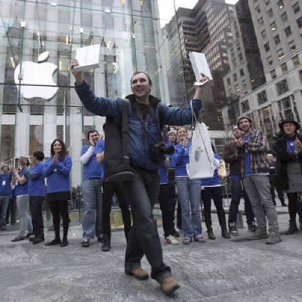 Alex Shumilov, de Moscú, es el primr cliente en salir de la Apple Store de la Quinta Avenida de Nueva York, después de comprar un par de iPad 2.