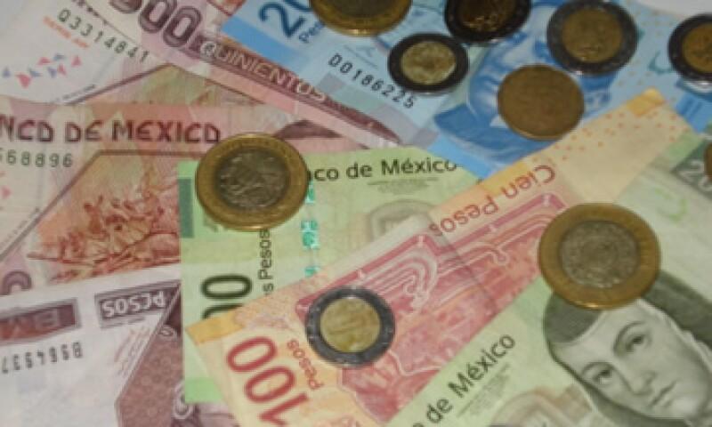 En ventanillas de bancos y casas de cambio, el peso operaba en 11.75 por dólar a la compra y en 12.15 pesos a la venta. (Foto: Karina Hernández)