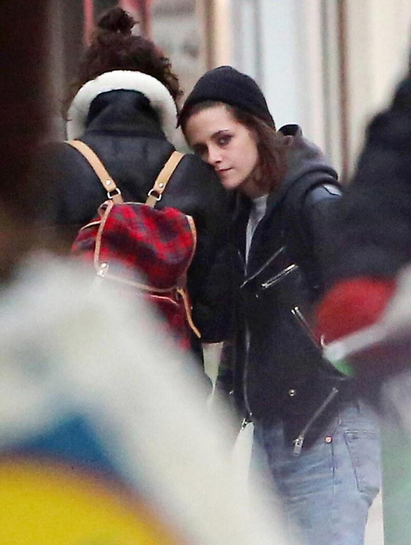 La actriz fue captada llegando al aeropuerto de París, donde su supuesta novia la esperaba con un ramo de flores.