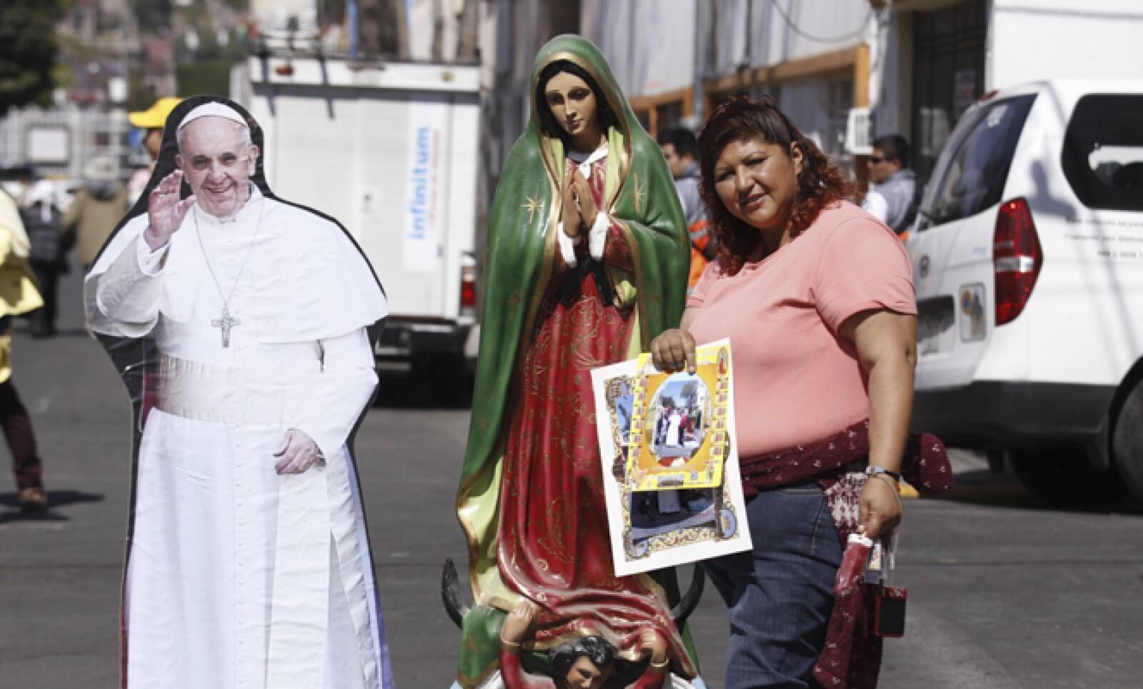 """Cerca de la Basílica, las personas mostraban sus imágenes de Francisco con """"la Morenita""""."""
