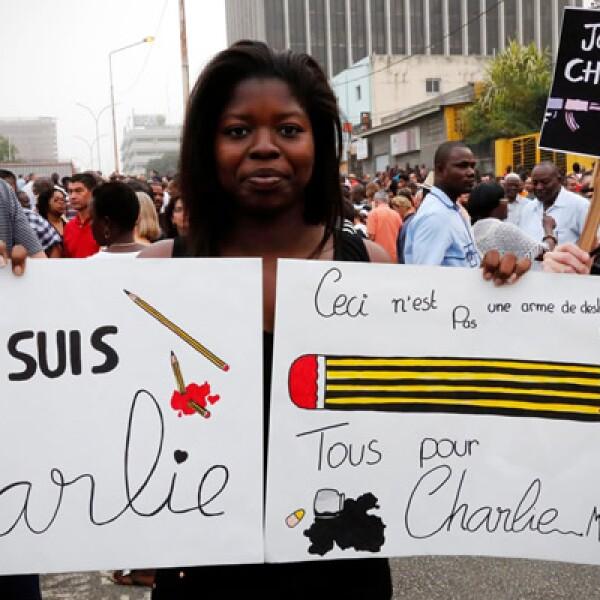 La manifestación comenzó a las 3 de la tarde (14:00 GMT) y transcurrió en silencio, como una muestra de solidaridad y reflejó el profundo shock que se sintió en Francia y en todo el mundo por el peor atentado islamista en una ciudad europea en nueve años.