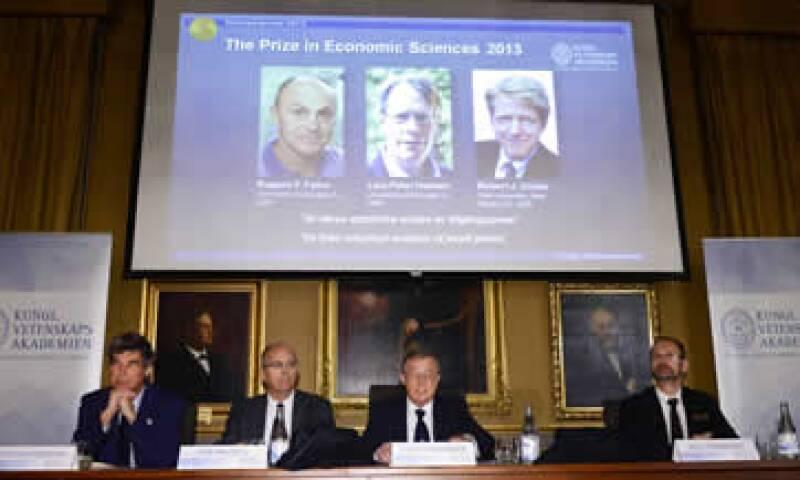Los miembros de la Real Academia Sueca de Ciencias al anunciar a los ganadores. (Foto: Reuters)