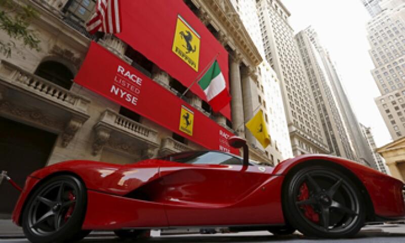 En el exterior del edificio hubo ocho modelos de Ferrari.  (Foto: Reuters)