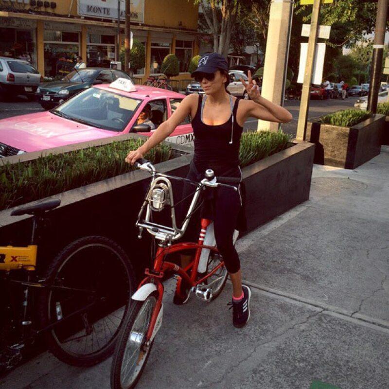 La guapa actriz publicó una foto en su Instagram en la que aparece dando un tour por la Ciudad de México en uno de los medios de transporte más trendy del momento.