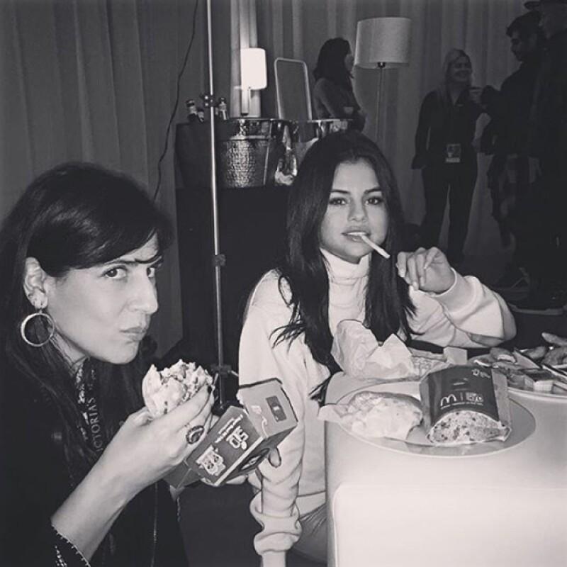 La cantante demostró que las críticas no le afectan, y compartió esta foto comiendo papas fritas antes del show.
