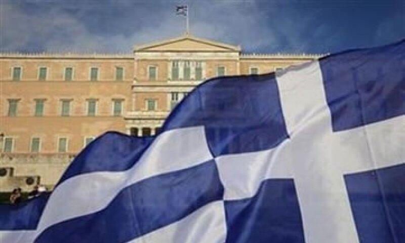 Grecia busca subir impuestos y recortar gastos para alcanzar un segundo fondo de rescate. (Foto: Reuters)