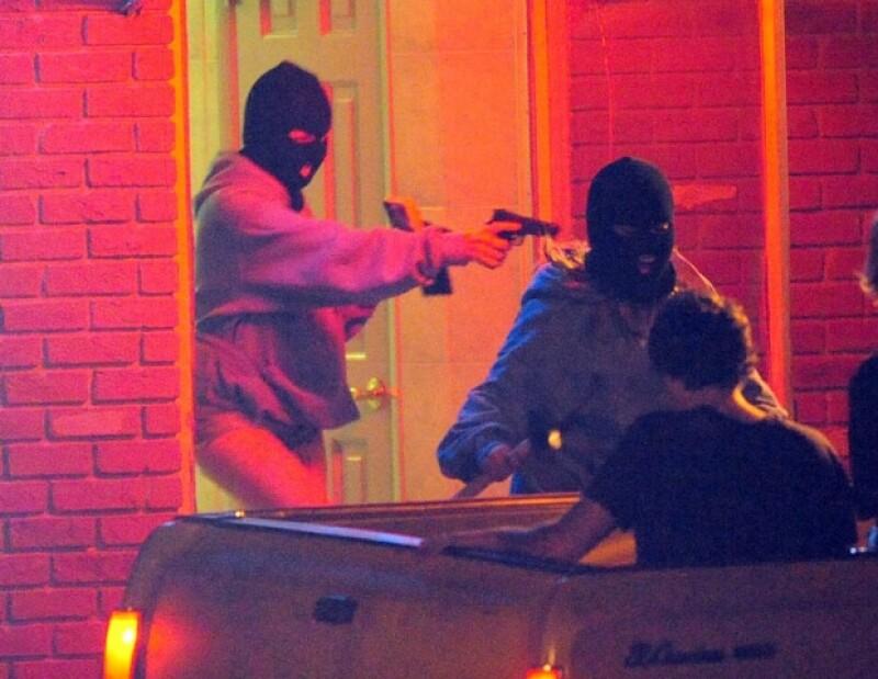 En la escena Hudgens y Benson dieron vida a unas ladronas.