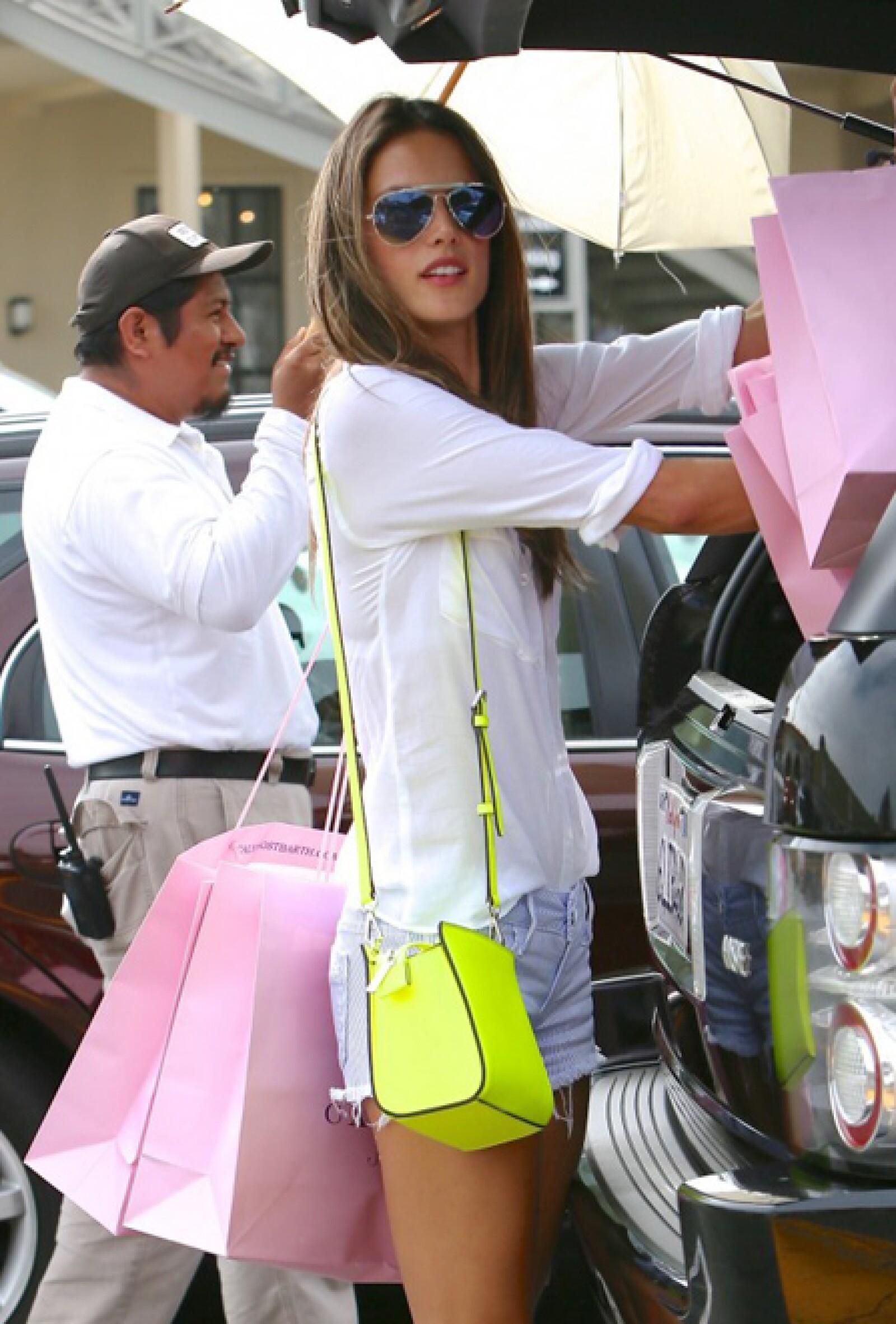 Alessandra Amboriso contrasta su atuendo con su bolsos estilo satchel fluorescente.