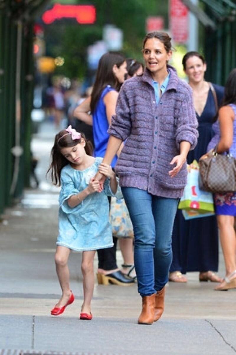 De acuerdo a la revista estadounidense Star, Katie Holmes quiere adoptar una niña de tres años.