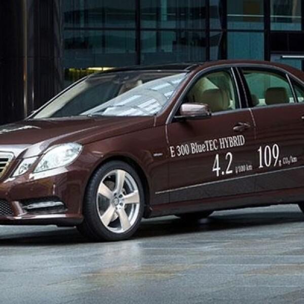 La firma alemana presentó la versión eléctrica de su modelo Clase E Hybrid, que ofrece un alto rendimiento sin contaminar al medio ambiente.