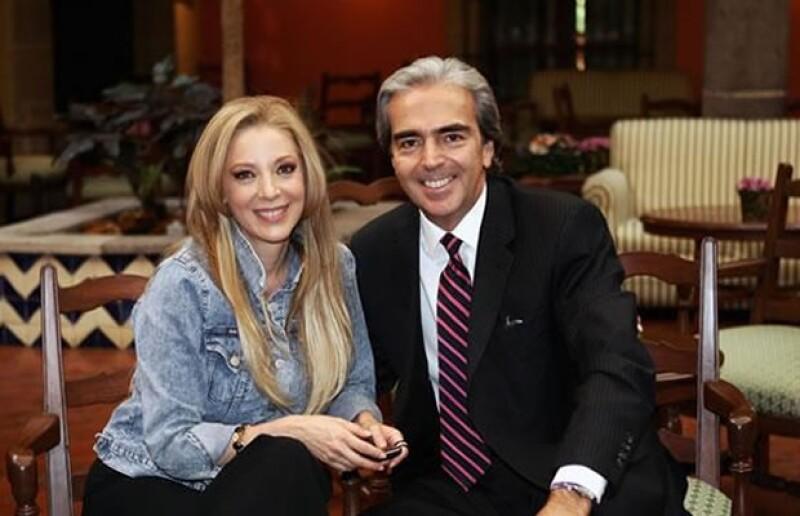 El economista acompañó a la actriz a la presentación del primer capítulo de la telenovela `Cielo Rojo´