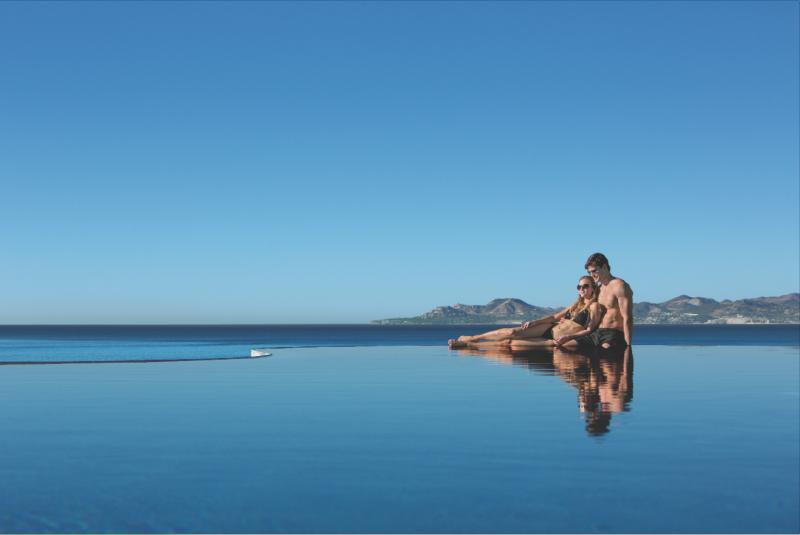 Protagonistas en la alberca infinita, instalación espectacular de Secrets Puerto Los Cabos Golf & Spa Resort.