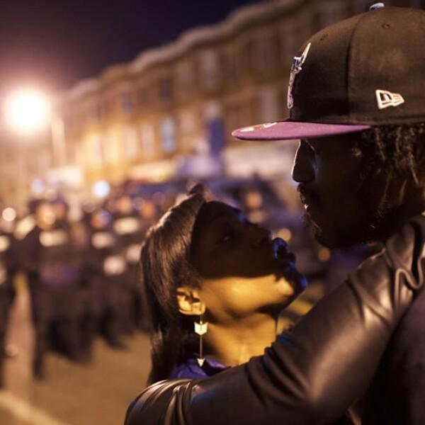 Una pareja que optó por no cumplir con el toque de queda charlan frente a los policías