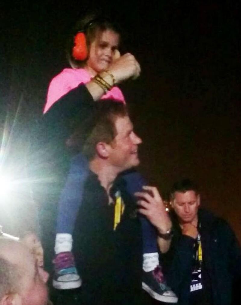 Con el carisma y la espontaneidad que lo caracterizan, el joven subió en sus hombros a una niña de cinco años que no podía ver el escenario en el evento de clausura de los Invictus Games.