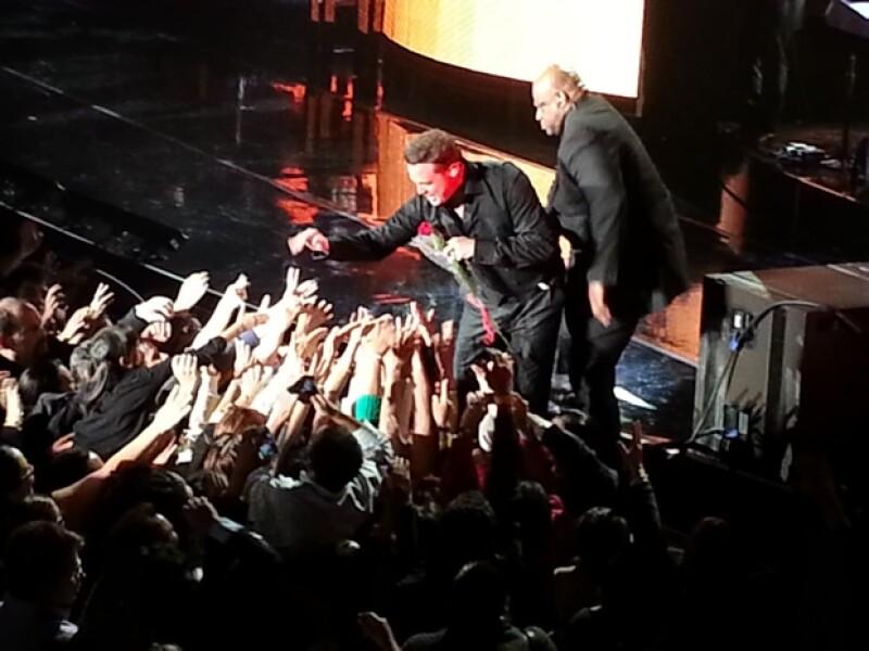 El cantante se acercó al filo del escenario en muchas ocasiones.