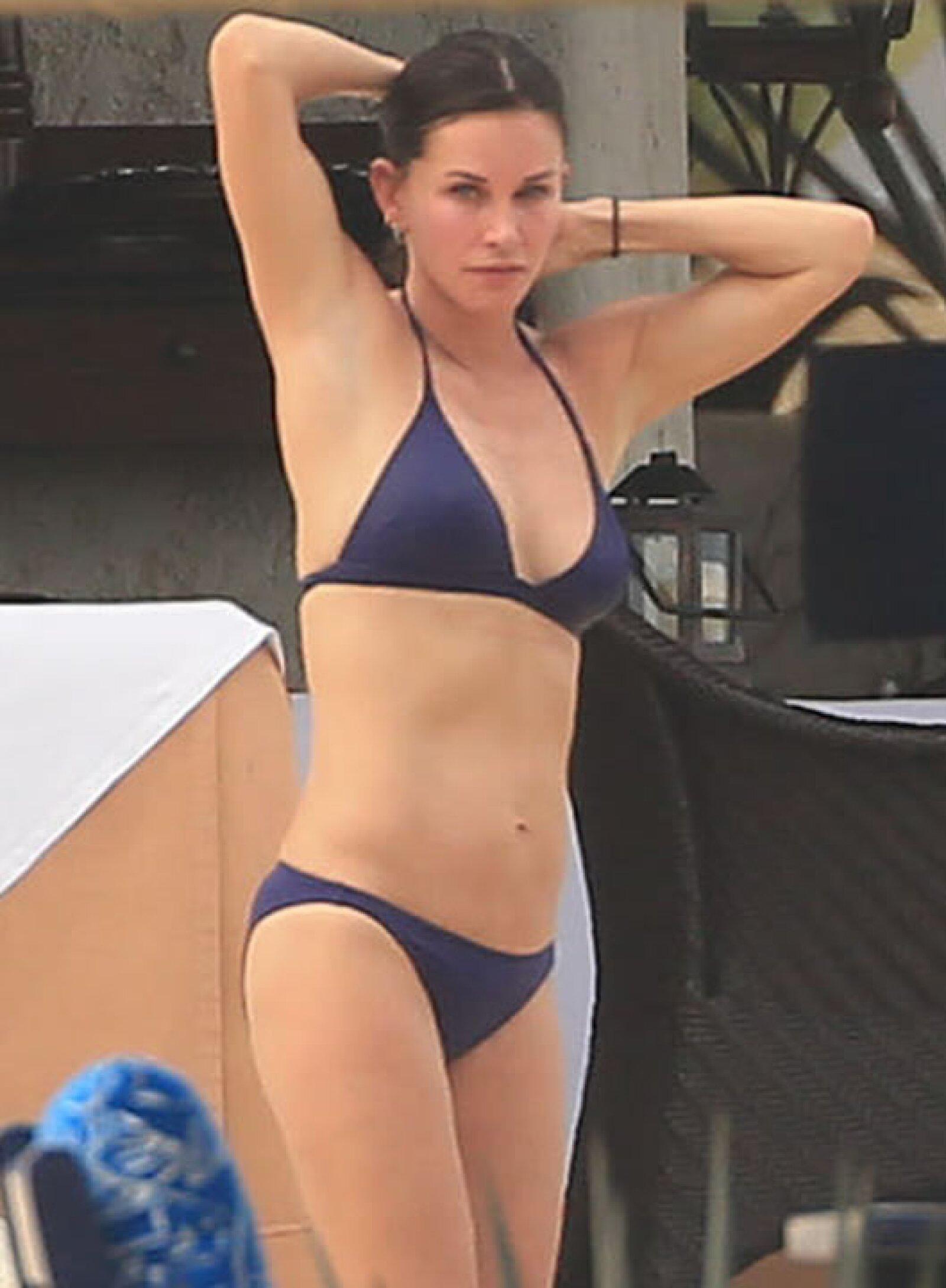 Courteney Cox es otra que a sus 51 años, logra cautivar con un hot body en bikini.