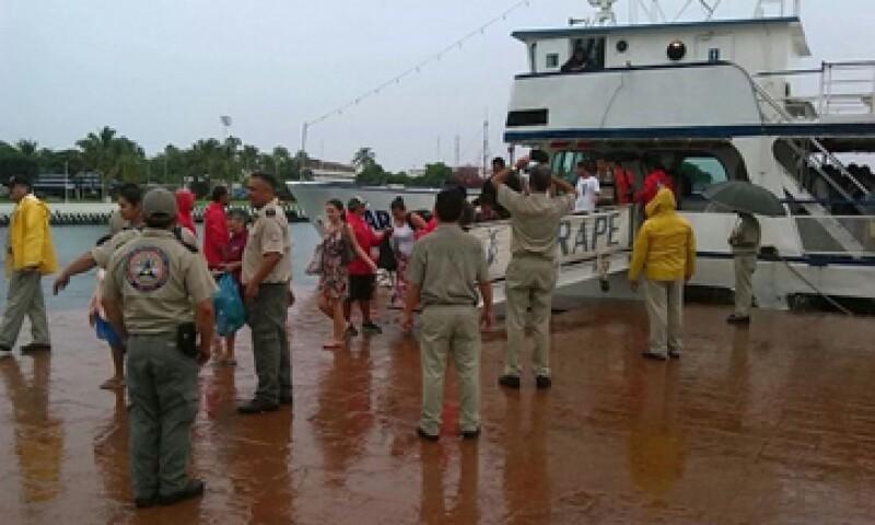 Personal de Protección Civil de Jalisco evacúa localidades de Puerto Vallarta. (Foto: Tomada de @PCJalisco )