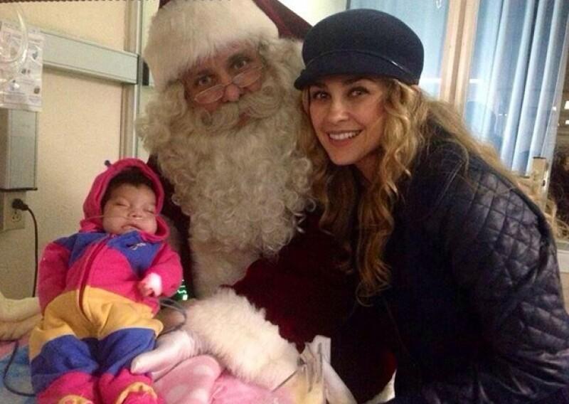 """Acompañada de """"Santa"""", regalos y los mejores deseos de salud y bienestar para los pequeños, la actriz visitó el pabellón infantil de un sanatorio el día de ayer."""