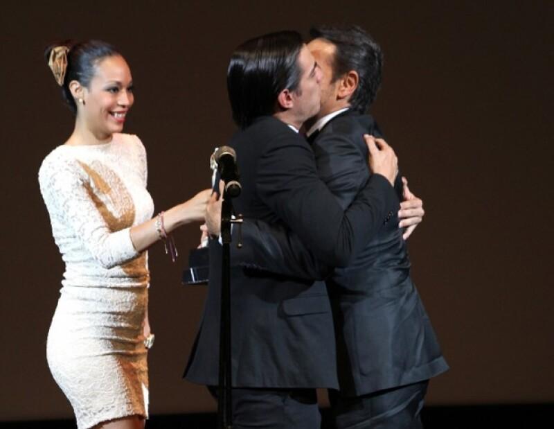 Vadhir corrió al centro del escenario para abrazar y besar a su papá.