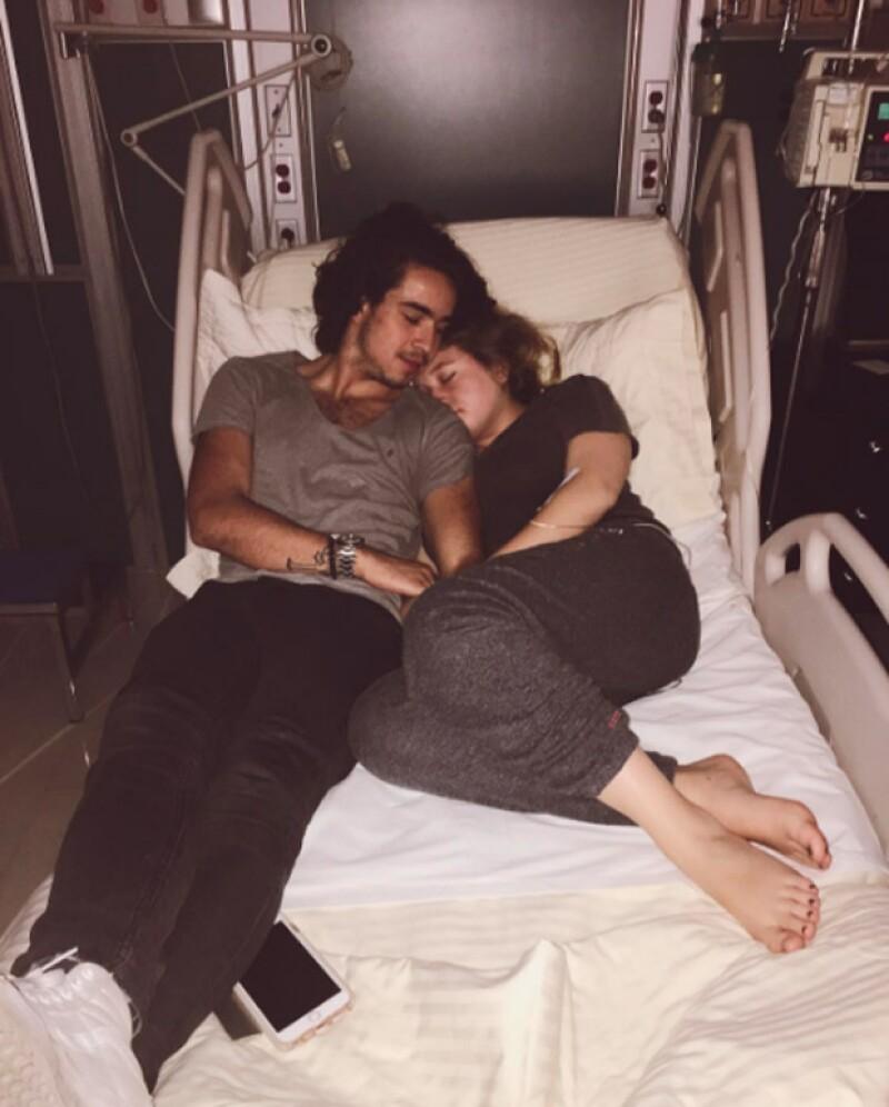"""La hija de Angélica Rivera y Alberto """"El Güero"""" Castro compartió una foto en la que aparece en la cama de un hospital junto con su novio Sebastián Pereyra."""