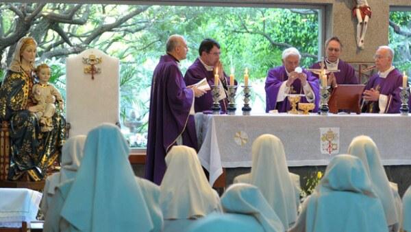 En la Capilla del Colegio Miraflores, el Santo Padre se reunió con las religiosas de la congregación Esclavas de la Santísima Eucaristía y de la Madre de Dios.
