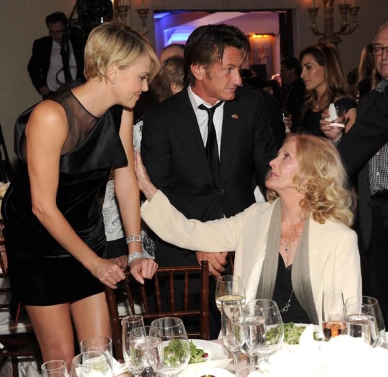 Charlize se acercó a saludar a la madre del actor, Eileen Ryan Penn.
