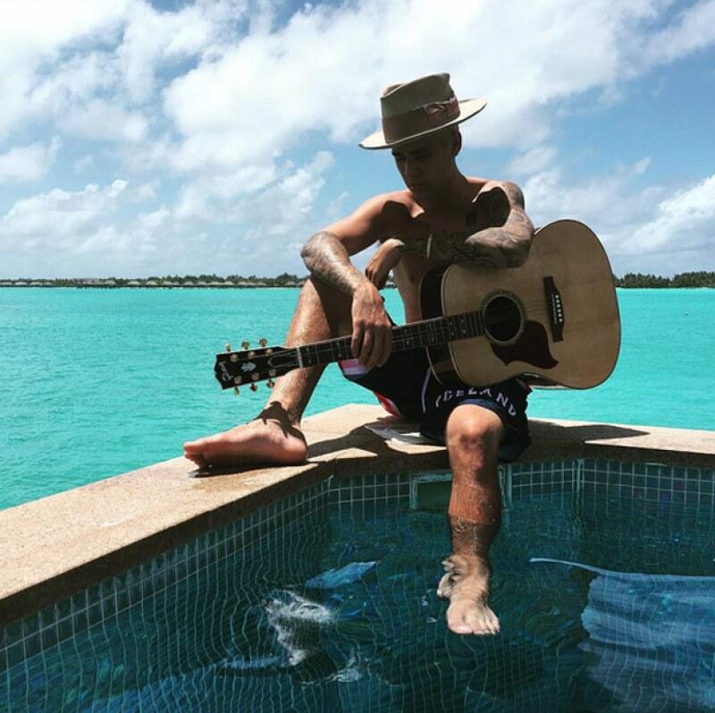 El cantante declaró que se sintió violado al ver sus fotos desnudo en Bora Bora.