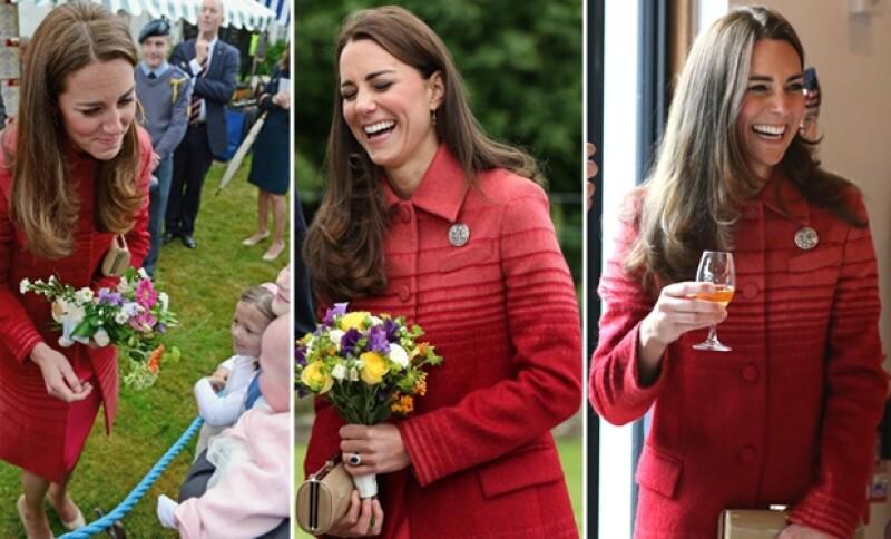 En su visita a Hidden Valley, Kate se mostró más risueña de lo normal, haciendo graciosos gestos a la gente con la que hablaba.