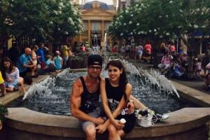 Danna y Eleazar en Disney.