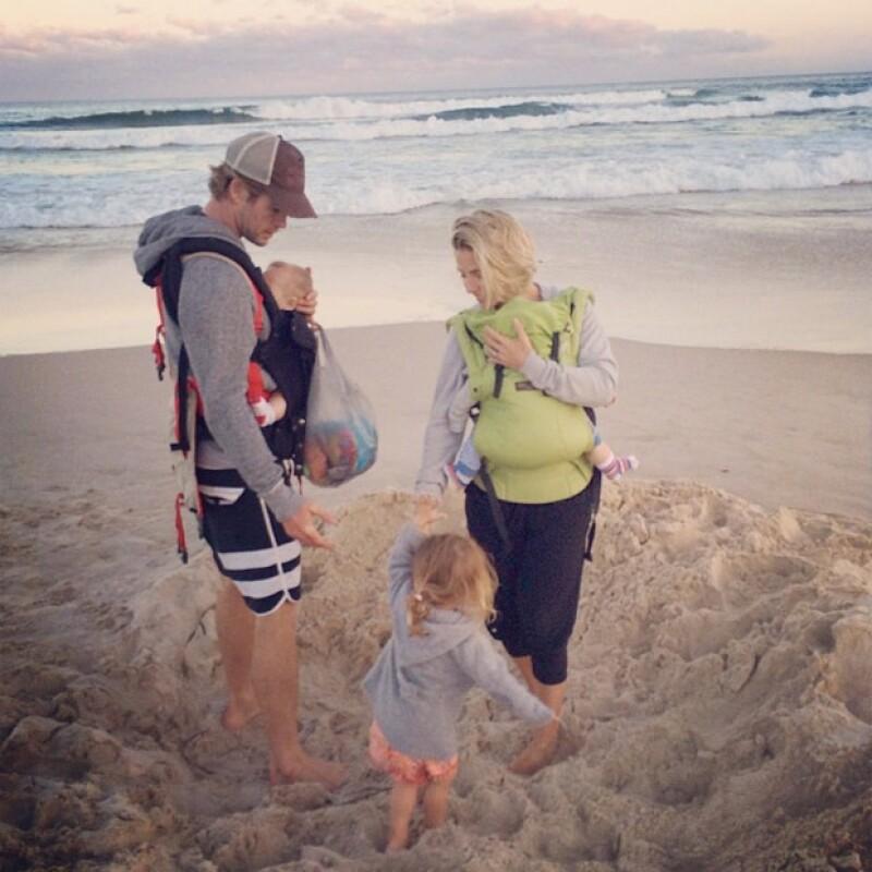La familia disfruta mucho ir a la playa.