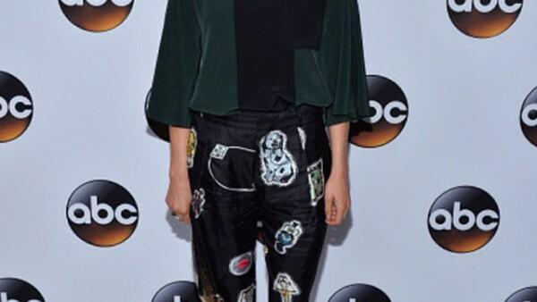 Recientemente, Karla acudió a un tour de prensa de su serie `How to get away with murder´ en un styling de Laura Spinella.