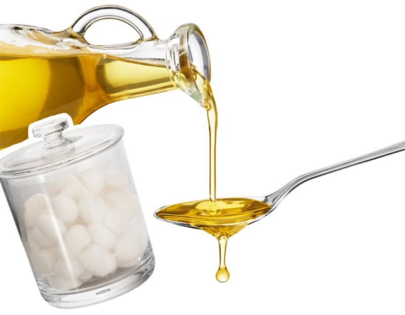Aplicda unas gotas de aceite de oliva en un algodón para hacer crecer tus pestañas.