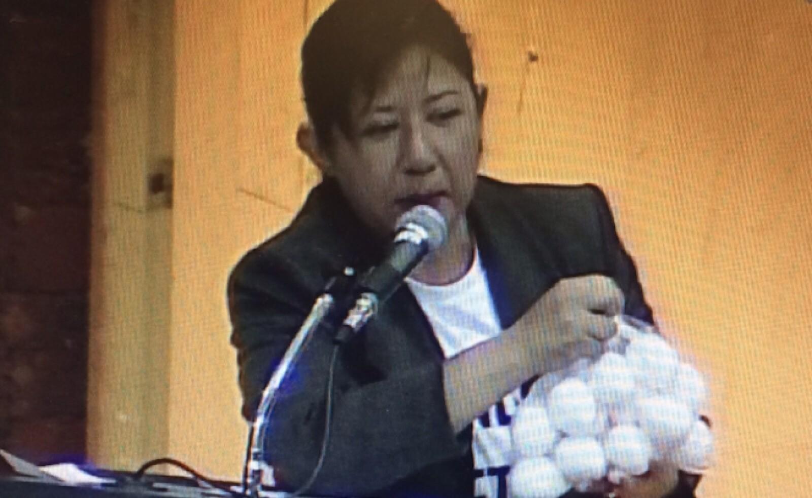 Durante la presentación de su reserva, la perredista Claudia Águila aprovechó para hacerle un regalo a los diputados del PRI, PAN, Nueva Alianza y del Verde, quienes estaban a favor de la reforma.