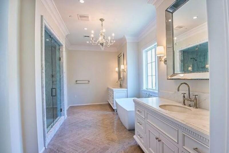 Los baños están hechos con piedra natural.