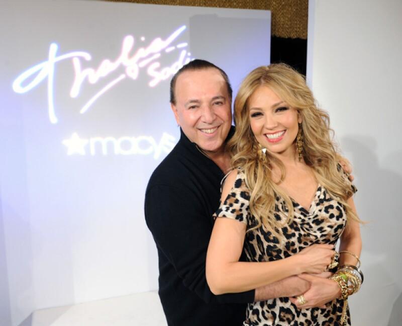 Tommy abrazando a su esposa durante el día de presentación de su colección de ropa.