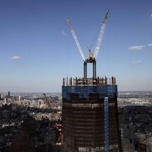 En medio de una nueva desaceleración económica de EU, en la 'Zona Cero', donde estaban las Torres Gemelas, se erige un monumento y un nuevo centro financiero. Hasta esta fecha se habían construido 82 pisos del edificio.